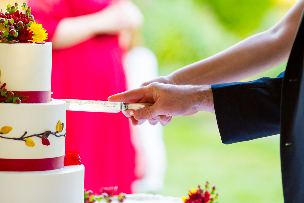 How To Avoid Disasters At Your Outdoor Wedding: How To Avoid Wedding Cake Disasters